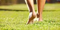 Barfußlaufen im Gras